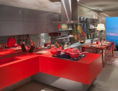 A arquiteta Inês Amorim assina a Cozinha do Casal Francês, pensada para quem gosta de cozinhar. A paleta base de cores do ambiente se resume ao vermelho e cinza, tons vibrante e neutro, respectivamente, combinados de forma harmônica. Feito de cápsulas da máquina de café, o painel na parede (à dir.) se transforma num quadro decorativo. A primeira edição da Casa Cor Alagoas fica em cartaz até dia 11 de maio de 2014