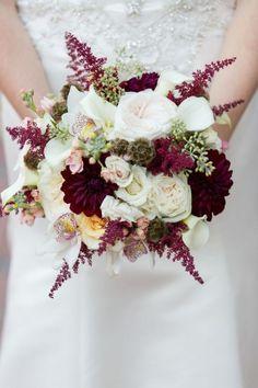 Du romantisme et de l'élégance en veux-tu en voilà avec ce bouquet de lys et de pivoines. Le blanc et le pourpre sont très chics et tendances pour votre code couleur de mariage et en plus, ça tombe bien, ça colle parfaitement avec les couleurs de l'automne. Alors on hésite plus si on désire un mariage chic, romantique et automnal !