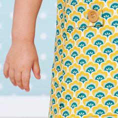 Kleurenset: Bayou Yellow Slate  Kleuren: Donkergeel Zacht grijsgroen Bayou Groen Zachtgeel Wit  De schelp heeft een breedte van 3cm en een hoogte van 2,5cm  Materiaal: 100% gekamde katoen met een zacht en soepel gevoel.  Gewicht: 110 g/m²  Stofbreedte: 145cm  Vlot strijkbaar - machinewasbaar op 30° - mag in de droogkast  Kleurvast en minimale krimp. Oeko-Tex gecertifiëerd.  Tip: voor het vernaaien/verwerken, kan je je stof best altijd even voorwassen. Let op: De kleuren op je beeldscherm…
