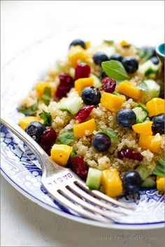 Blueberry Mango Quinoa Salad with Lemon Basil Dressing Recipe. Must try, quinoa is the BEST on the go food. Blueberry Quinoa Salad, Mango Quinoa Salad, Fruit Salad, Quinoa Salat, Salad Bar, Salada Light, Whole Food Recipes, Cooking Recipes, Cooking Tips