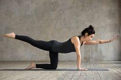 Abnehmen durch Yoga ist gesund, effektiv und perfekt für zuhause. Hier zeigen wir dir die 8 besten Yoga Übungen zum Abnehmen und erklären dir, warum diese Asanas den Fettabbau fördern. Yoga Poses For Two, Cool Yoga Poses, Pilates, Fitness Del Yoga, Yoga Posen, Yoga Positions, Yoga Poses For Beginners, Ashtanga Yoga, Yoga Routine