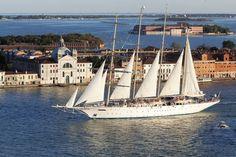 Risteilyn voi tehdä myös purjealuksella. Matkoja järjestetään erikokoisilla laivoilla.
