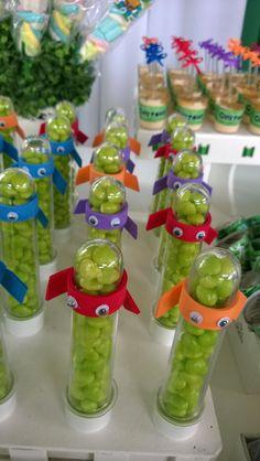 Tubete decorado com o tema tartarugas ninjas, enfeite em eva. Não acompanha balas.