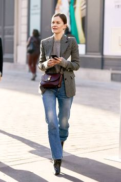 The outfit formula: checked blazer + sweater + loose jeans + boots Denim Outfit For Women, Clothes For Women, Work Clothes, Clothes Shops, Women's Dresses, Work Dresses, Blazer Outfits, Denim Outfits, Denim Jeans