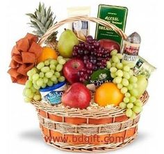 Basket of fresh fruits W/ chocolate, Crackers, cookies & Cheese .Basket Includes: Milk Eclair Vache quirit & Cookies with 1 kg kg Malta, Half kg Grapes, 12 pieces banana and 1 piece Pineapple. (basket may vary). Gourmet Gift Baskets, Gourmet Gifts, Gourmet Recipes, Fruit Basket Delivery, Fruits Basket Manga, Fruit Centerpieces, Fruit Gifts, Beautiful Fruits, Incredible Edibles