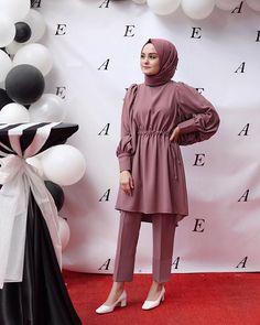 Düşünün ki harika bir şarkı çalıyor ve bu . Modest Fashion Hijab, Modern Hijab Fashion, Street Hijab Fashion, Pakistani Fashion Casual, Modesty Fashion, Hijab Fashion Inspiration, Islamic Fashion, Muslim Fashion, Casual Hijab Outfit