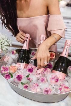 frühlingsdekoration, sekt, eis mit blumen, rosa kleid, ring, schwarze haare