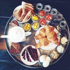 [ b r u n c h  h i g h  t e a ] 💛 Dit moet een zondag zijn 😍 @thetealab #rotterdam #brunch #hightea #breakfast #lunch #tea #tealover #bread #yoghurt #cake #redvelvet #fruit #sunday #sundayvibes