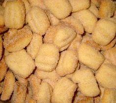 Para o biscoito :  1 kg de farinha de trigo  10 colheres de açúcar refinado  250 grs. de manteiga  250 grs. de banha  11 colheres...