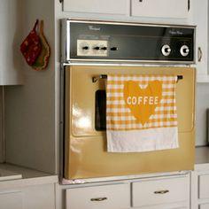 style oven love it! Vintage Kitchen Appliances, 70s Kitchen, Kitchen Items, Retro Kitchens, 70s Decor, Kitchen Cabinet Remodel, When I Grow Up, Dream Decor, Kitchen Colors