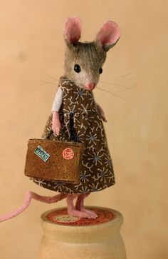 MousesHouses - This young mouse is going to NYC with her aunt Laura.she hopes . MousesHouses - This young mouse is going to NYC with her aunt Laura.she hopes to have a book contract in her Needle Felted Animals, Felt Animals, Needle Felting, Cute Animals, Handmade Christmas Tree, Felt Mouse, Cute Mouse, Beautiful Handmade Cards, Felt Art