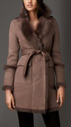 8a232431cb0c Burberry Manteau En Shearling Avec Col à Revers Veste Noire Femme, Manteau  Doudoune, Robe