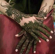 this is Prettiest Full Backhand Black Henna Design For hands Latest Bridal Mehndi Designs, Mehndi Designs 2018, Mehndi Designs For Girls, Modern Mehndi Designs, Dulhan Mehndi Designs, Mehndi Design Pictures, Wedding Mehndi Designs, Mehndi Designs For Fingers, Beautiful Henna Designs
