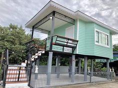 แบบบ้านสำเร็จรูปสองชั้น ลักษณะบ้านออกแบบสไตล์คอนเทจ ตัวบ้านสองชั้นใต้ถุนสูง ขนาดตัวบ้าน 7 x 5 เมตร ชั้นทำเปิดโล่งเป็นพื้นที่พักผ่อน Thai House, House On Stilts, Little Houses, Minimalist Home, Gazebo, Swimming Pools, House Plans, Villa, Loft