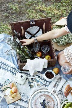 Basket picnic ana rosa 50 new ideas Vintage Picnic, Vintage Wine, Plateau Charcuterie, Wine Bottle Design, Romantic Picnics, Romantic Dinners, Outdoor Parties, Picnic Parties, Dinner Parties