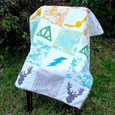 Amelie and Atticus: Harry Potter Screen Printed Vintage Sheet Quilt & Pennants Tutorial Baby Harry Potter, Harry Potter Stoff, Harry Potter Fabric, Harry Potter Quilt, Harry Potter Nursery, Cosplay Harry Potter, Getting Ready For Baby, Vintage Sheets, Ideas Para Fiestas