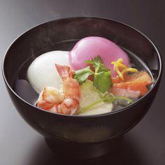 浅田屋自慢のだしに、石川県産もち米を使った杵つき餅を合わせました。紅白餅に海老、鶏肉、大根、人参と彩りも鮮やか。金沢の料亭ならではのお雑煮です。