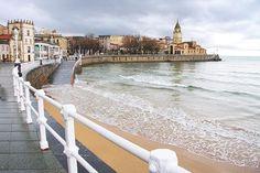 """La eterna rival de Oviedo, Gijón también tiene tanto encanto que te costará elegir entre la una y la otra. Empieza el día en La Universidad Laboral,  un lugar digno de """"Harry Potter"""" que hoy acoge un Centro de Arte y Creación Industrial o la Facultad de Comercio, Turismo y Ciencias Sociales de la Universidad de Oviedo. Si hace bueno, siempre puedes dar un paseo junto a la playa, pasear por el centro y merendar en cualquiera de sus estupendas cafeterías. Costa, Asturias Spain, Beautiful Sites, Atlantic City, Watercolor Landscape, Spain Travel, Beach Trip, Travel Around, Paris Skyline"""