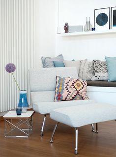 Sommerdeko, Gartenfreuden und Fernweh: der Juli auf SolebIch | SoLebIch.de #summer #summerinterior #interior #blue #pink #pillows #kissen #hellblau #sessel  Foto: ernebart