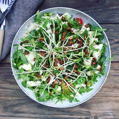 Syrlig blomkålssalat med knas - virkelig dejligt grøntsagstilbehør til påskelammet. Se den nemme opskrift her: