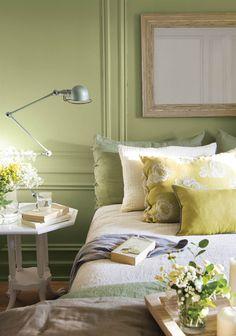 dormitorio con pared con molduras y espejo 00438310