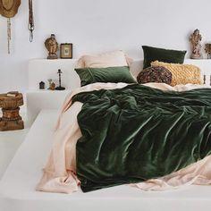 Green Bedroom Decor, Earthy Bedroom, Room Ideas Bedroom, Aesthetic Bedroom, Bedroom Bed, Bedroom Apartment, Bedroom Inspo, Olive Bedroom, Green And White Bedroom