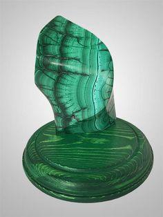 Малахит - удивительный камень, который человечество знает уже больше десяти тысяч лет. В Древнем Египте из камня получали медь, а если его нагреть, становится черного цвета. Может быть растворен в разных кислотах, а в аммиаке приобретает красную расцветку. Самая большая цельная глыба малахита весит полторы тонны. Наиболее ценный вид малахита добывают в Республике Конго, его структура содержит правильные концентрические круги и четкие, контрастные границы. #сувенирыгорногоалтая #малахиталтай…