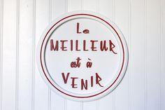 """Panneau """"Le meilleur est à venir"""", texte en 3D, fait main, rouge/orange, fond blanc - Board, wall decoration white and red, text in French de la boutique FrenchyVintageStore sur Etsy"""