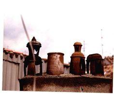 Las típicas chimeneas madrileñas de barro cocido aún pueden verse en algunos tejados, como este de la calle Manuela Malasaña.