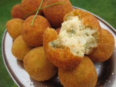 Croquetas de bacalao, merluza... Ana Sevilla Salmon Recipes, Fish Recipes, Mexican Food Recipes, Pescado Recipe, Fancy Dishes, No Cook Appetizers, How To Cook Fish, Food Out, Food Decoration