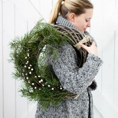 Bild publicerad i Allas Modell Fredrika Mårtensson Nu är den ljuva kransbindartiden här. Lika mysigt varje år. Jag älskar kransar; vi...