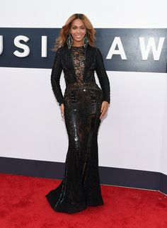 Beyonce 2014 VMA's The Video Vanguard winner looked sleek in a fitted black Nicolas Jebran gown with peekaboo lace paneling and Lorraine Schwartz jewelry. Blake Lively Dress, Michelle Trachtenberg, Lorraine Schwartz, Claire Danes, Nicole Richie, Christina Aguilera, Sandra Bullock, Celebrity Red Carpet, Cat Walk