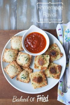 Baked or Fried Ravioli Appetizers [including video tutorial on how to make homemade ravioli pasta] Pasta Recipes, Appetizer Recipes, Appetizers, Cooking Recipes, Cooking Tips, Spinach And Cheese Ravioli, Ravioli Bake, Baked Ravioli, Gastronomia