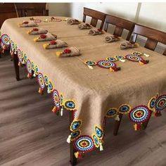 Inspire-se nessa bela toalha de juta usando trocando o crochet por módulos de Renda Tenerife de linha colorida Crochet Home, Crochet Motif, Crochet Doilies, Crochet Flowers, Crochet Patterns, Crochet Pillow, Crochet Stitches, Embroidery Stitches, Embroidery Patterns