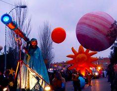 Grandes planetas inflables , un planeta rodante sobre el que avanza en equilibrio un mago, planetas para juego, malabares con grandes pelotas , clown.