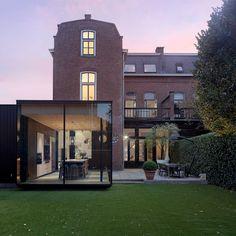 Bedaux de Brouwer Architecten heeft een moderne uitbreiding gerealiseerd aan een rijksmonumentale woonhuis in de Tilburgse binnenstad House Extensions, Pavilion, Mansions, The Originals, House Styles, Building, Modern, Home Decor, House