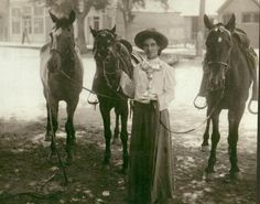 Rose Clayton poses with the three borrowed horses she rode to win the 1906 Cowgirl Relay at Cheyenne Frontier Days. Rose's story at click. Vintage Cowgirl, Cowboy And Cowgirl, Us History, Women In History, Old Photos, Vintage Photos, My Horse, Horses, Cheyenne Frontier Days