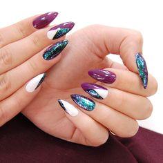 Star Glow✨możesz nałożyć na dwa sposoby: pędzelkiem prosto z buteleczki lub stemplując i przenosząc drobinki gąbeczką Efekt drugiej metody prezentujemy na dzisiejszej stylizacji. Nie możesz przeoczyć tego intensywnego blasku, niczym folia transferowa! Użyte kolory: Purple Decade, Pure Black, Cotton Candy i oczywiście Equinox✨ #neonail #starglowneonail #neonailpoland #hybrydy #sparkle #autumn #geometry #manicurehybrydowy #manicure #lakieryhybrydowe