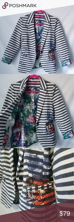 """Desigual 1 Button Crau Blazer Jacket Sz 40 Desigual Jacket""""Crau"""" Style # 61E29W5  Pockets: Zip pockets Collar: Lapel collar Fit: Waisted Notched Lapel Fastening: 1 Button fastening Pattern: Striped Fabric: 100% cotton Lining: 100% polyester  Measurements :Shoulder Length x Sleeve Length x Bust circumference x Waist circumference x Length (38cm x 82cm x 92cm x 82cm x 66cm)  Care label :Machine wash cold Wash dark colours separately Do not bleach Do not tumble dry Cool iron Do not dry clean…"""