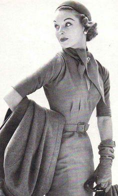 Stylish travel ensemble, Ah, the days when traveling was an haute couture affair! Vintage Glamour, Vintage Beauty, Vintage Ladies, Feminine Mode, Vintage Dresses, Vintage Outfits, Look Retro, Retro Mode, Vintage Fashion Photography