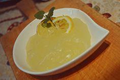Babbi e le Palle di Pelo: Crema all'acqua al LimoneSenza latte, senza uova, adatta a vari tipi di intolleranze, ma ugualmente buona. Realizzabile con tutti i gusti che vi vengono in mente. E' possibile anche aggiunge un uovo per renderla piu cremosa, ma quella fatta da me è solo acqua.  50 ml succo di limone filtrato 250 ml di acqua 50 g di amido o maizena 180 g di zucchero scorza di limone grattuggiata