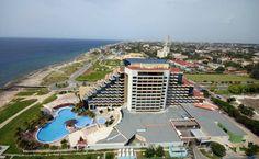 De construcción moderna y situado a 18 kilómetros de la terminal aérea internacional de la capital, el Hotel H10 Panorama dispone de todas las ventajas para el descanso, unido a ofertas especiales dirigidas a parejas.