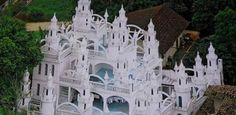 DE Leonardo Coradelli,morador de Joinville (a cerca de 180 km de Florianópolis) tem um castelo para chamar de seu. . A edificação tem mais de 700 metros de área construída, quatro andares, 48 torres, 31 arcos, 21 cômodos e uma piscina com chafariz dentro.