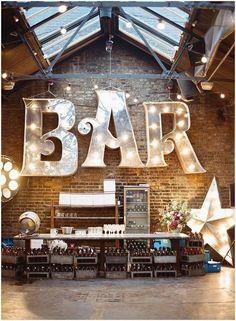 Super bar-einrichtung mit festzeltbuchstaben für ihren hochzeitsempfang