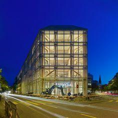 Штаб-квартира Tamedia, швейцарского медиа-гиганта. АрхитекторСигэру Бан. Литой металлокаркас, прозрачное стекло и правильное освещение позволяют заглянуть в кипящую жизнь концерна. #мироваяархитектура#стекло#glass#architecture