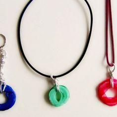 Il collo delle bottiglie di plastica sono perfetti per il riciclo creativo, infatti possono trasformarsi in ciondoli colorati