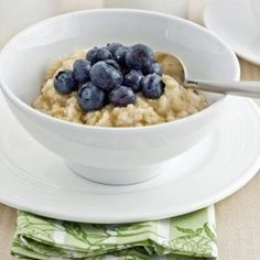 Copycat Starbucks Oatmeal With Fresh Blueberries | Somehow Starbucks takes simple oatmeal and just transforms it into a magical breakfast. We think we've discovered the secret with this copycat recipe for Starbuck's blueberry oatmeal! Give it a try  | Work It, Mom!