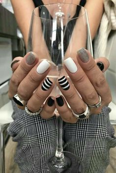 Between the breakthrough nail art and the arrival on the market of ever more innovative nail polishes, it's hard to escape the madness of couture nails. But in the jungle of existing manicures, what to choose and how to navigate? Love Nails, How To Do Nails, Super Nails, Nagel Gel, Black Nails, Black Manicure, Trendy Nails, Short Nails, Diy Nails