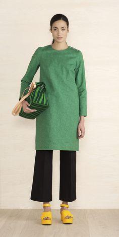 Papajo-kuosisessa puuvillakankaisessa mekossa on suora leikkaus polven yläpuolelle ulottuvaan helmaan. Vuorillisessa mekossa on metallinapit vasemmassa olkasaumassa, piilovetoketju takana ja sivuilla halkiotaskut.