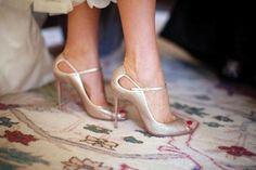 Le scarpe da sposa sono un accessorio fondamentale per la buona riuscita del look nel giorno più bello, il matrimonio. Scopri 8 preziosi consigli per ricreare l\'abbinamento perfetto, con l\'abito e, non secondariamente, con la tua personalità.